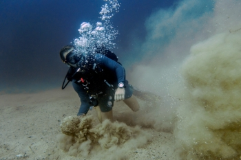 scuba diver in sand and bad visiblitiy