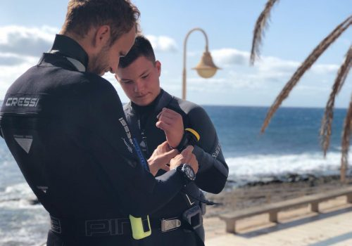 Instructor teaching a student while diving gran canaria